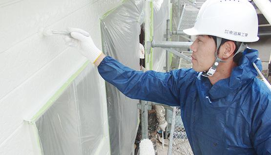 住宅の外壁を塗装する1級塗装技能士