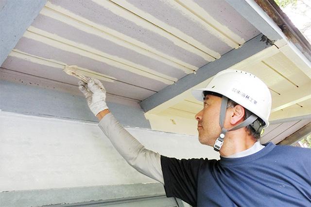 屋根を塗装する職人