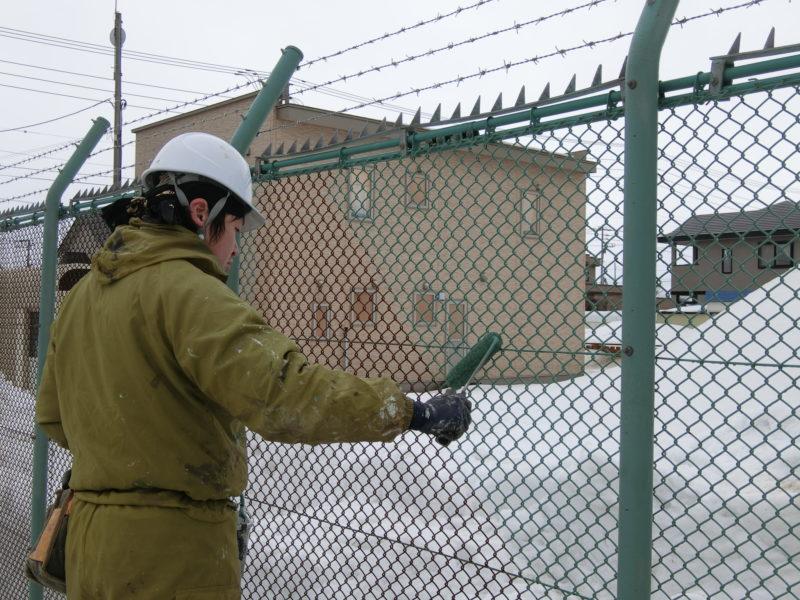 フェンスを塗っている様子