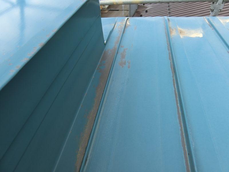 屋根のハゼ部分塗膜のはがれている箇所