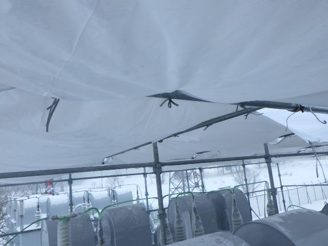 防炎シート天井に敷設しているところ