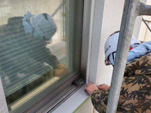 窓を養生している様子